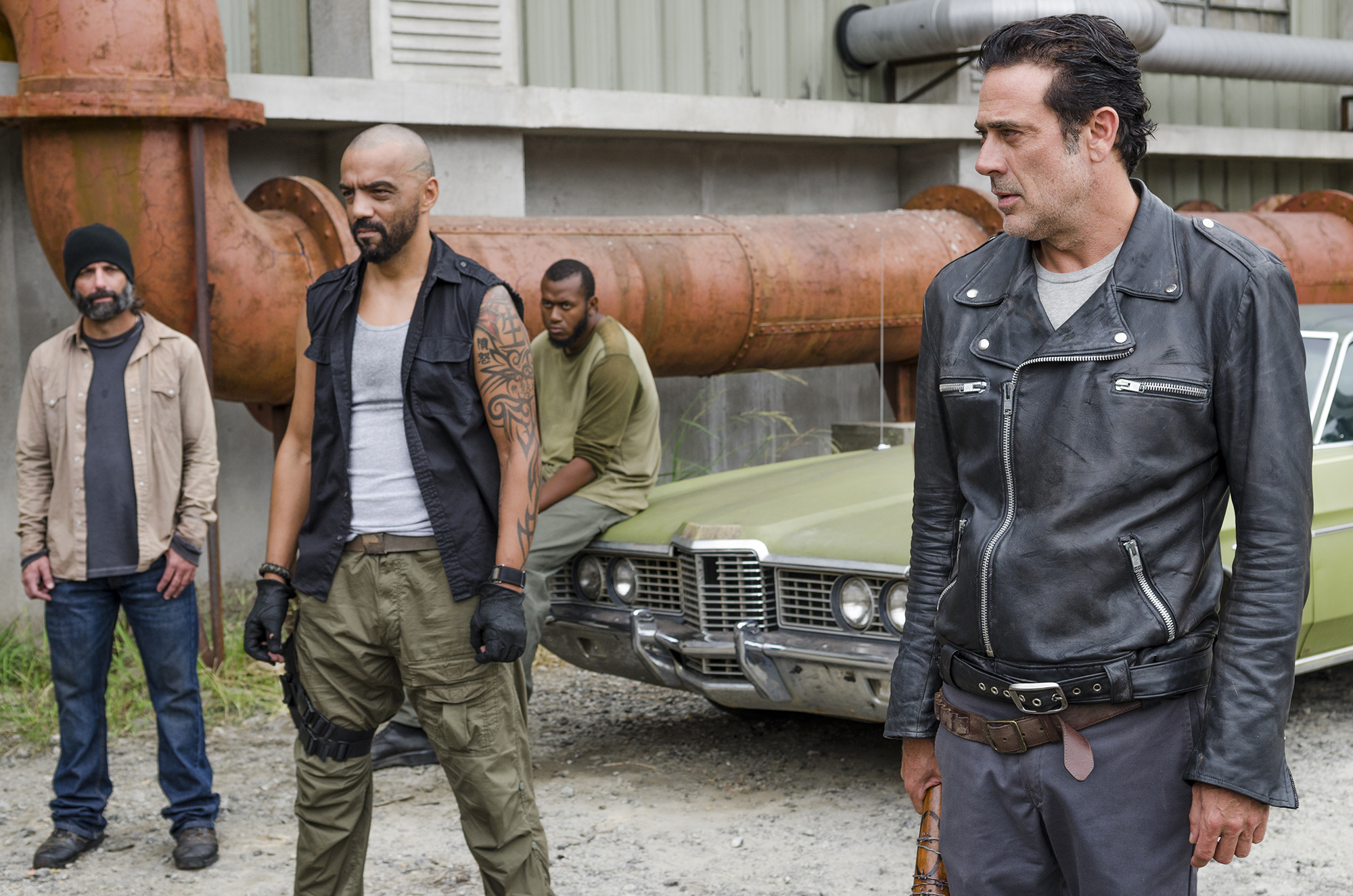Jeffrey Dean Morgan as Negan, Vince Pusani as Savior - The Walking Dead, Season 7, Episode 11